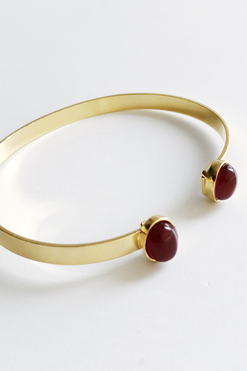 Facing stones bangle